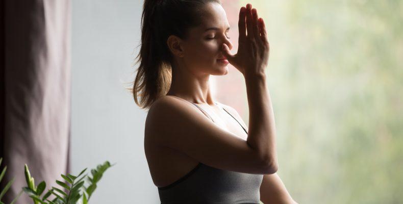 kobieta wykonująca ćwiczenia oddechowe