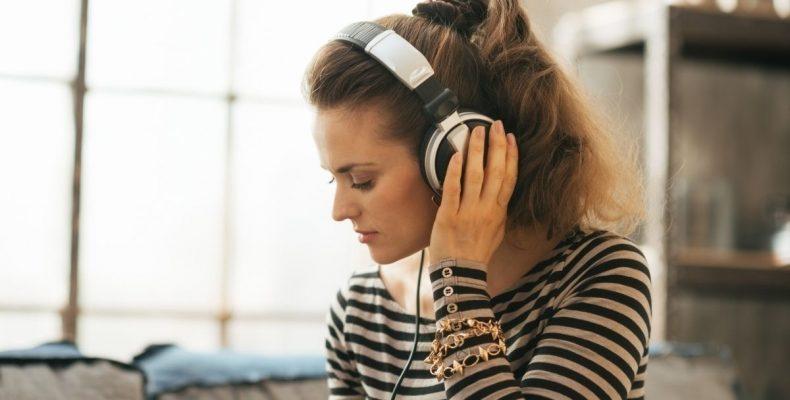 kobite w bluzcze w paski słucha muzyki w słuchawkach
