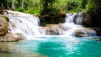 wodospad z lazurową wodą