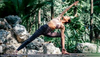 kobieta wykonująca ćwiczenia jogi w dżungli